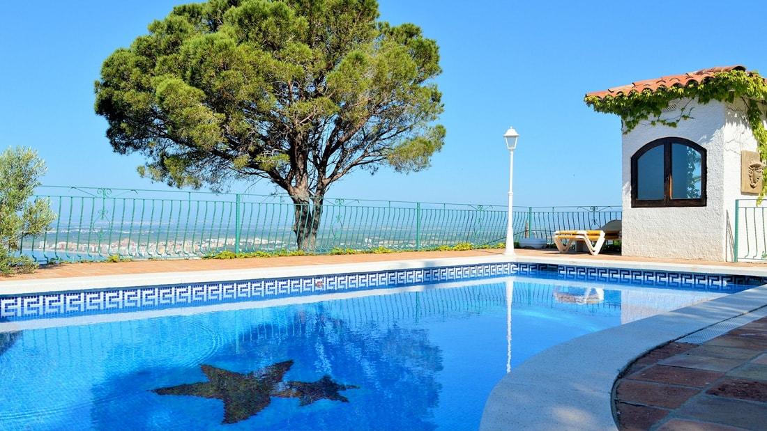 Piscina con tubazione B-ACTIVE impianti per piscine